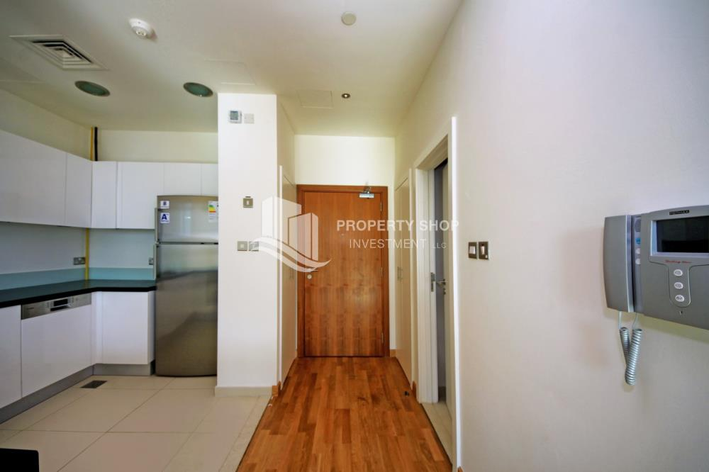 Foyer-Ready to move in high- end studio with Sea View available for rent