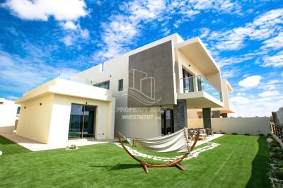 Royal oak furnished villa with Golf Course View amazing garden and pool