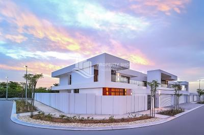 5BR+M Villa with large backyard and big plot