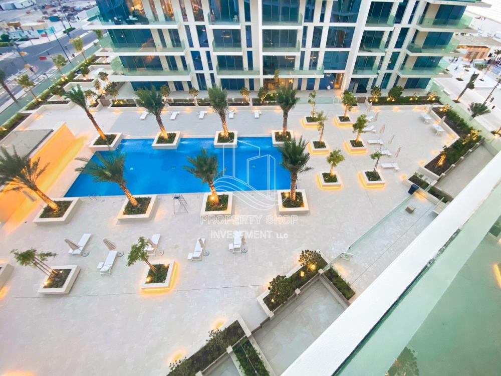 Community-Huge Apt with Stunning Pool View