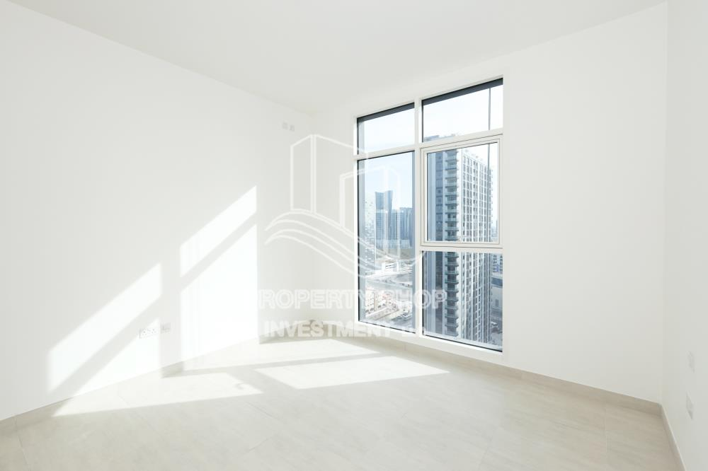 Bedroom-Spacious 3BR+M on mid floor vacant now