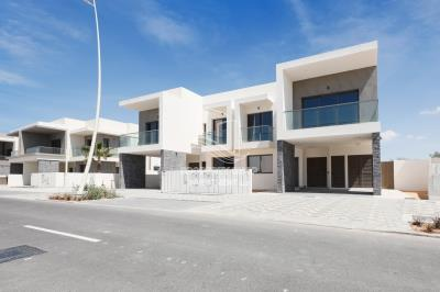 Available 3 br townhouse in Yas Acres for rent immediately!
